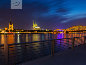K�ln bei nacht am Deutzer Rheinboulevard