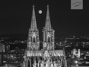 Kölner Dom mit Vollmond