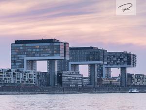 Kölner Kranhäuser zum Sonnenuntergang