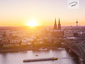 Kölner Skyline im Sommer zum Sonnenuntergang