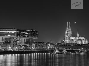 Köln Skyline am Abend schwarz/weiß
