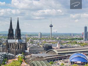 Kölner Dom mit Skyline