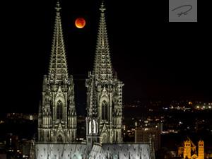 Kölner Dom mit Blutmond