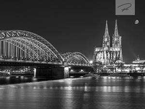 Kölner Dom und Hohenzollernbrücke Nachts (s/w)