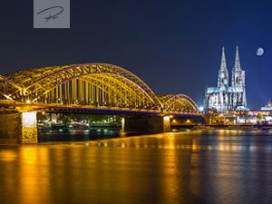 Der Kölner Dom und die Hohenzollernbrücke in der Nacht