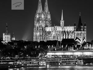 Kölner Dom nachts (S/W)