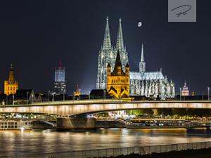 Köln in der nacht zum Mondschein