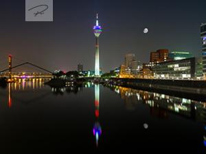 D�sseldorf in der Nacht mit Mondschein