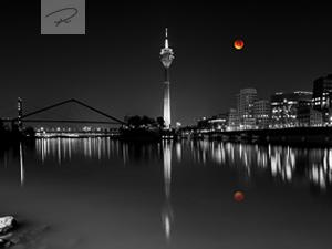 Düsseldorf Medienhafen mit Blutmond
