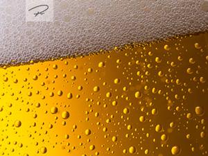 kühles Bier mit tropfen
