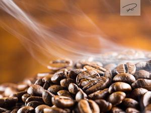 Kaffeebohnen mit dampf