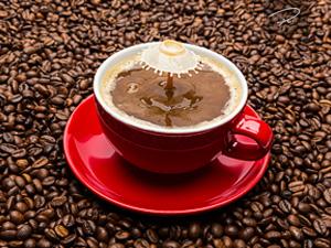 Milchtropfen in Kaffeetasse