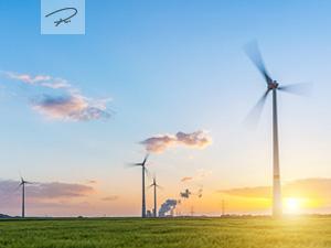 Windpark mit Kraftwerk im Sonnenuntergang