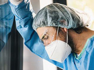 Doctor in protective clothing under stress with burnout during Covid-19 coronavirus epidemic : Stockfoto oder Stockvideo und Fotos, Bilder, Stockmedien von rcfotostock | RC-Photo-Stock