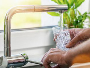 Hand holding a glass of water poured from the kitchen faucet : Stockfoto oder Stockvideo und Fotos, Bilder, Stockmedien von rcfotostock | RC-Photo-Stock