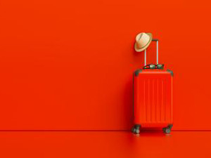Suitcase with hat and sunglasses on red background. travel concept, with copy space for individual text : Stockfoto oder Stockvideo und Fotos, Bilder, Stockmedien von rcfotostock | RC-Photo-Stock