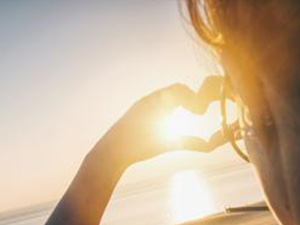 Young woman making heart with her hands at sunset on the ocean : Stockfoto oder Stockvideo und Fotos, Bilder, Stockmedien von rcfotostock | RC-Photo-Stock